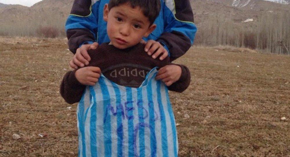 Murtaza Ahmad isimli Afgan çocuk ağabeyinin yaptığı maylon torbadan Messi formasıyla