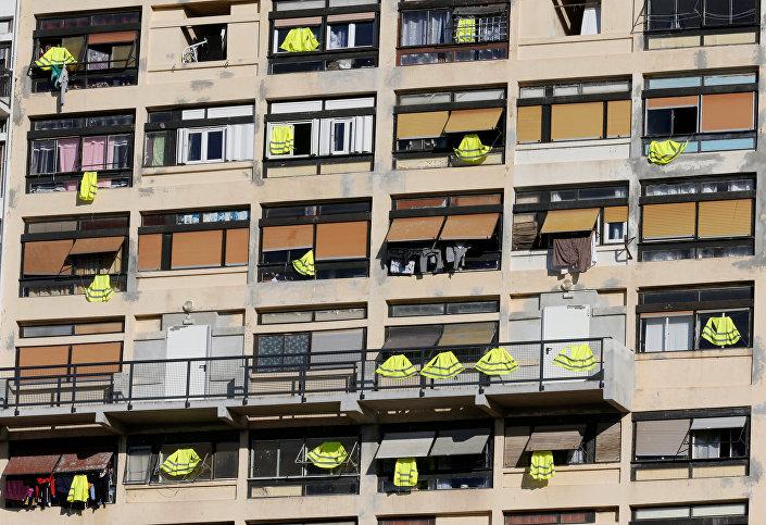 Fransa'nın güneyindeki Marsilya kentinde protestolara destek için pek çok apartmanda dairelere sarı yelekler asıldı.
