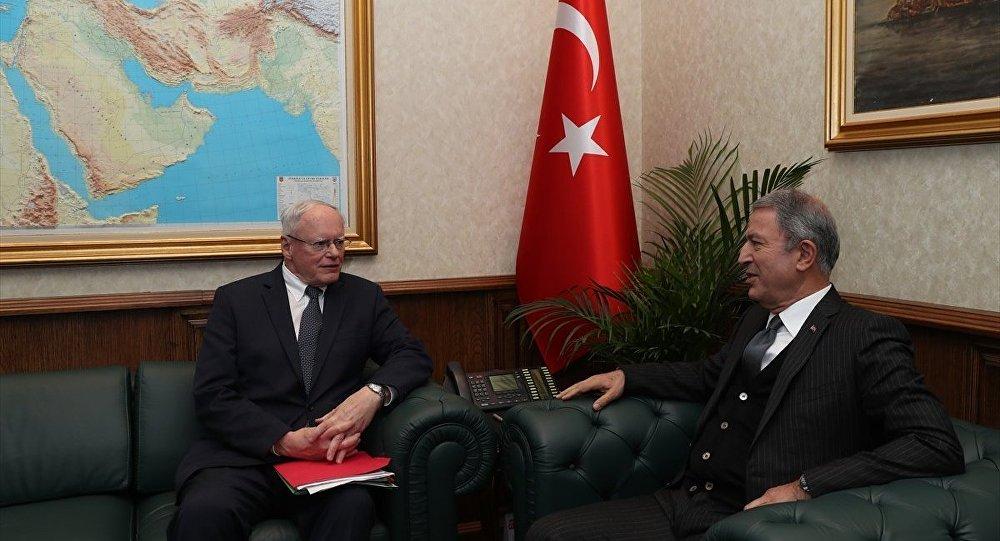 Milli Savunma Bakanı Hulusi Akar, ABD'nin Suriye Özel Temsilcisi James Jeffrey ile görüşmesinde, ABD'nin YPG ile ilişkisini sonlandırması ve gözlem noktalarından vazgeçilmesi gerektiğini ifade etti.