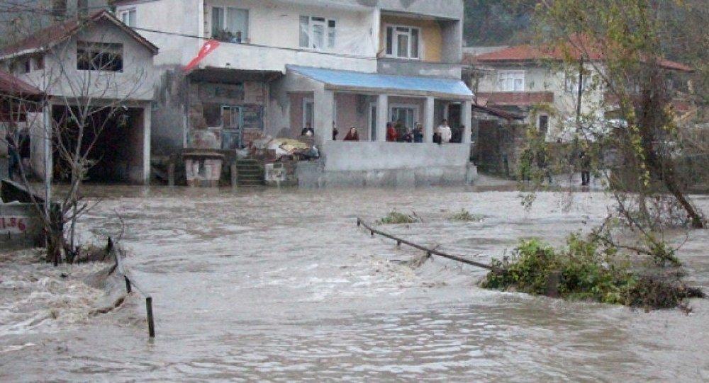 Zonguldak'ın Kilimli ilçesine bağlı Çatalağzı beldesinde, taşan dere