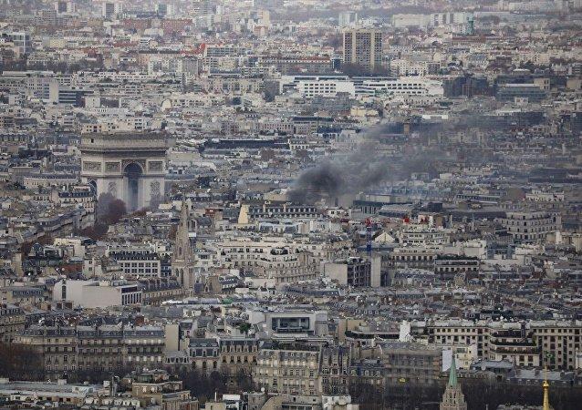 Fransa'nın başkenti Paris'te Sarı Yelekliler eylemi