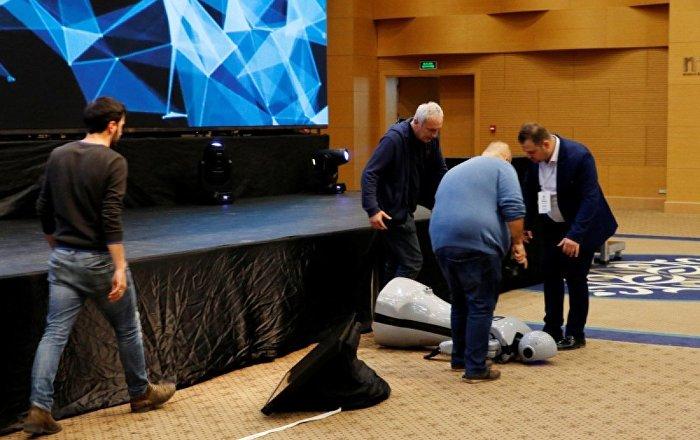 Dans gösterisi yapması planlanan insansı robot Mini Ada sahneden düşerek