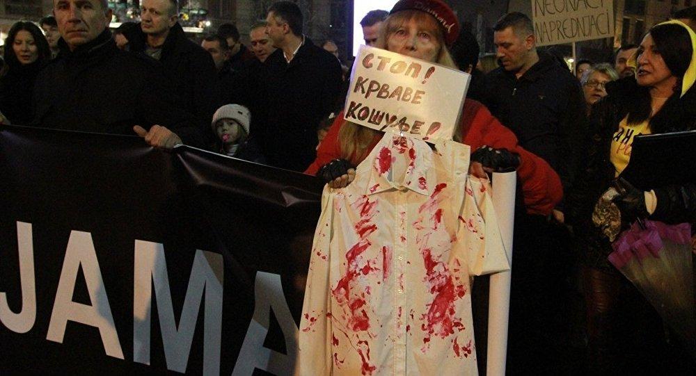 Sırbistan'da hükümet karşıtı protesto: 'Kanlı gömleklere son'