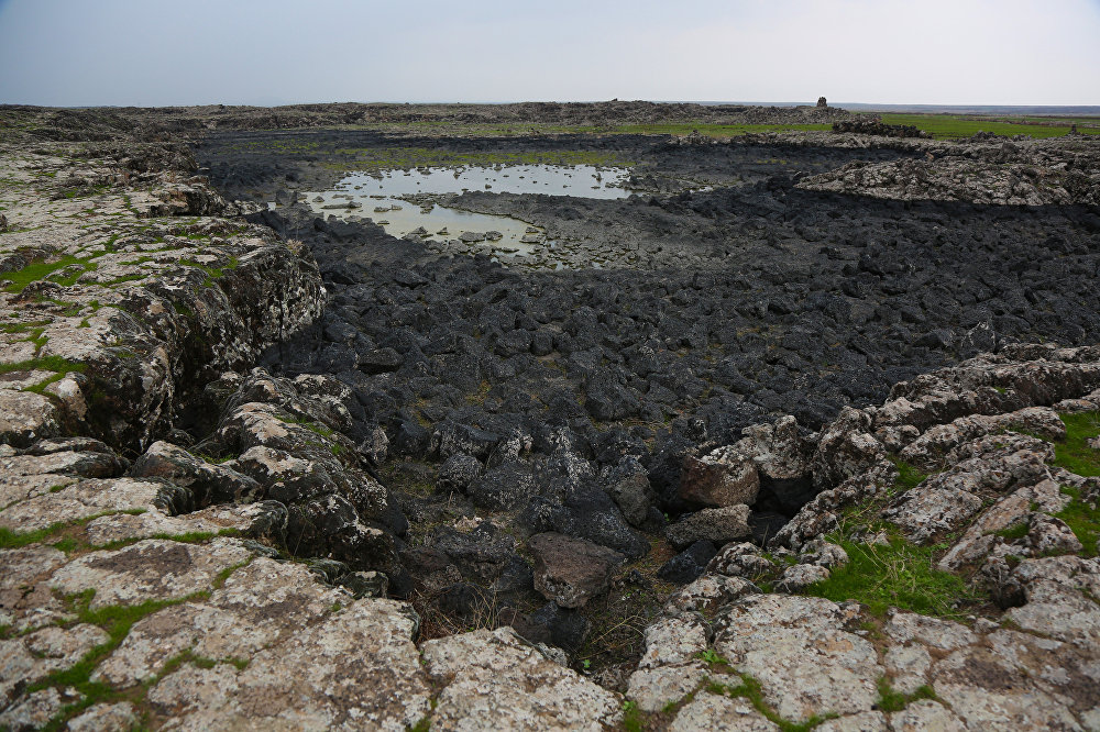 Diyarbakır ve Şanlıurfa arasında yer alan, sönmüş yanardağ olan Karacadağ, 1957 metre yüksekliğinde ve 10 bin kilometrekare alanı ile Akdeniz çevresinin en geniş taban alanına sahip volkanı olarak biliniyor