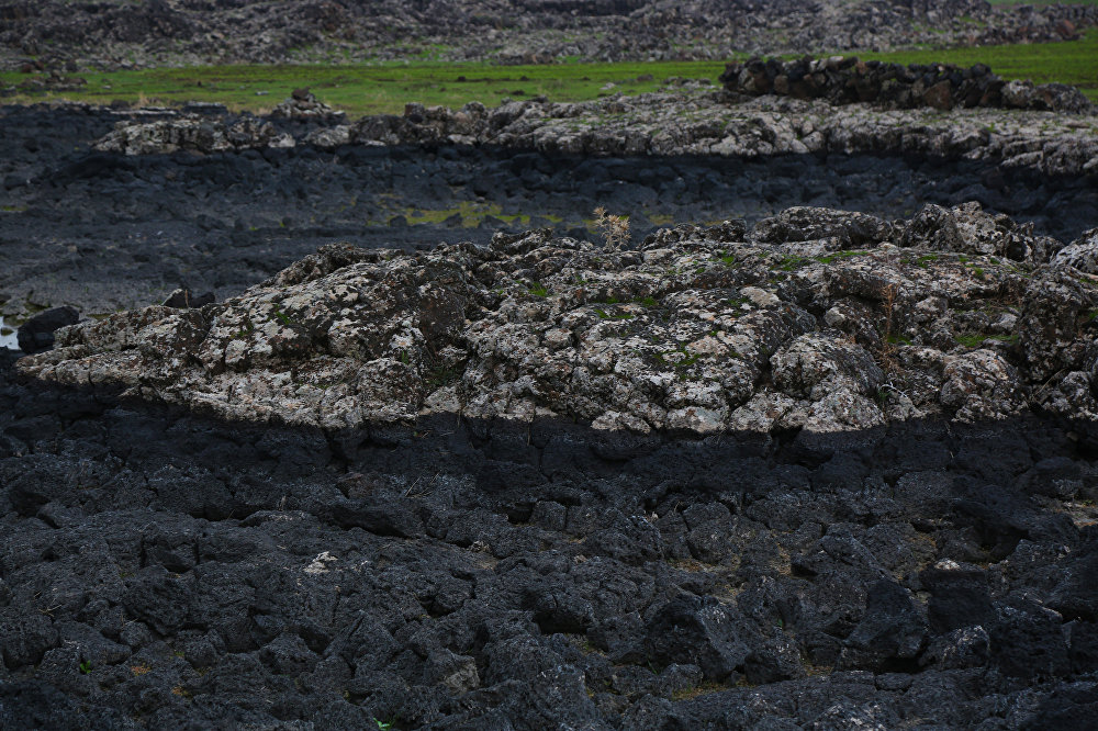 Geniş bir alana yayılan lavların oluşturduğu şekiller püskürmenin kısa bir süre önce yaşandığı havası uyandırıyor.