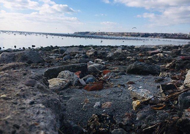 Silivri sahil şeridinde, deniz suyu kıyıdan yaklaşık 25 metre geri çekildi.