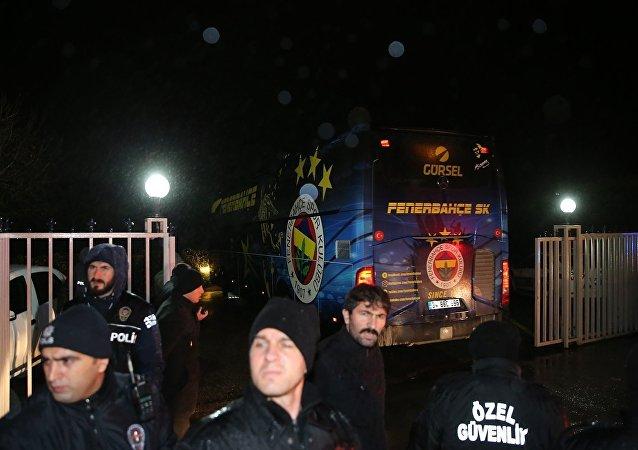 Akhisar-Fenerbahçe karşılaşmasında 3-0 mağlubiyet alan Fenerbahçe kafilesi takım otobüsüyle İstanbul'a geldi.