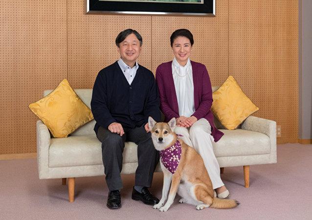 Japon imparatorluk tahtına geçecek olan Veliaht Prens Naruhito ile eşi Veliaht Prenses Masako köpekleri Yuri ile Togu Sarayı'nda gazetecilere poz verirken...