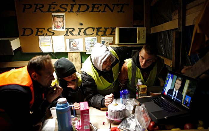 Sarı Yelekliler, Macron'un konuşmasını sokaklardaki çadırlardan dinledi.