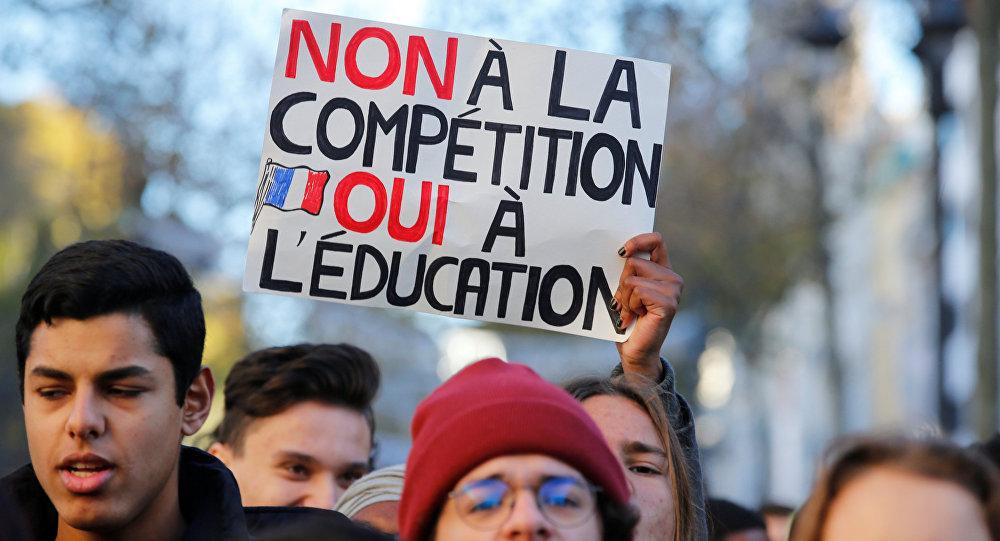 Fransada liselilerin Kara Salı protestoları sürüyor