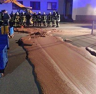 Almanya'da yere dökülen bir ton çikolata