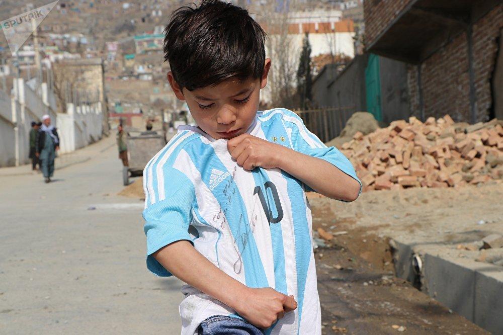 """""""Messi'yi çok seviyorum. Bana, onun gibi futbol oynamamı söyledi""""."""