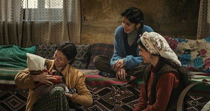 Emin Alper'in yönettiği Kız Kardeşler'den bir sahne