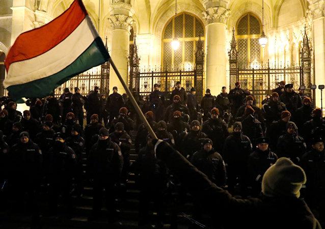 Macaristan'da fazla mesai protestosu - Macaristan bayrağı