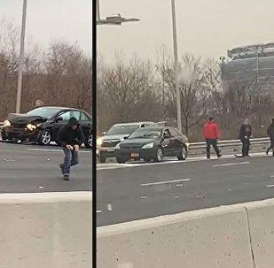 Yola saçılan dolarları toplamak için araçlarından inen sürücüler trafik kazasına neden oldu