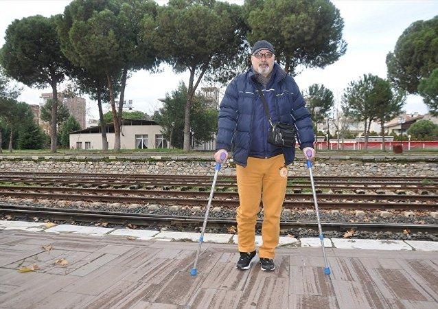 İzmir'in Tire ilçesinde merdivenden düşerek bacağı kırılan  İmdat Özçelik