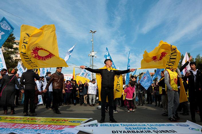 KESK'in Diyarbakır mitingine aralarında HDP, CHP, EMEP, ESP temsilcileri ile Mardin, Siirt, Bingöl, Elazığ, Tunceli, Şırnak, Hakkari gibi çevre illerden gelen 5 bine yakın kişi katıldı.