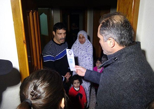Bursa'da polis, Suriyelilerin entegrasyonu için broşür dağıttı