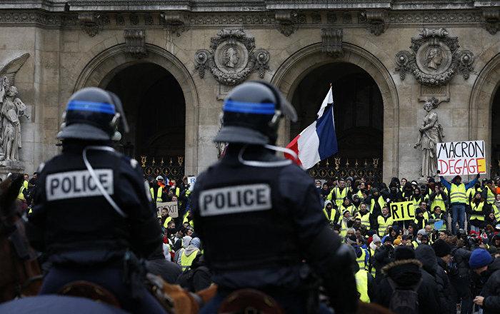 Paris'teki Sarı Yelekler gösterilerinde polisi döven boksöre 2 yıl hapis cezası