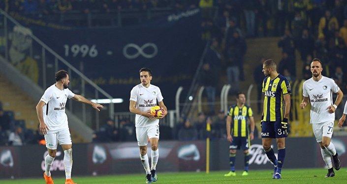 Spor Toto Süper Lig'in 16. haftasında Fenerbahçe 2-0 öne geçtiği maçta Büyükşehir Belediye Erzurumspor ile 2-2 berabere kaldı.