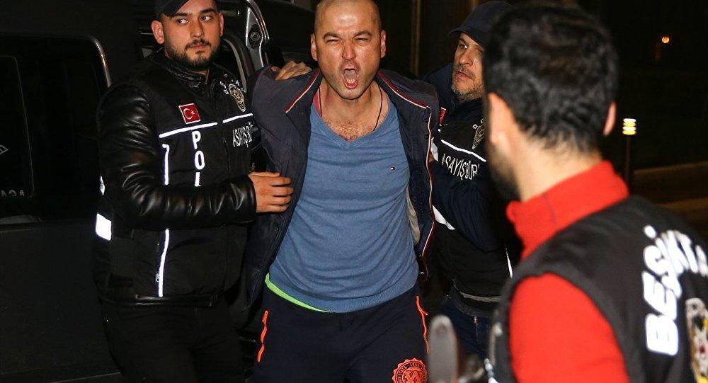 Tv8'de yayınlanan MasterChef yarışmasıyla ünlenen Murat Özdemir, kuşuna işkence yaptığı görüntüleri sosyal medyada paylaşmasının ardından gözaltına alındı.