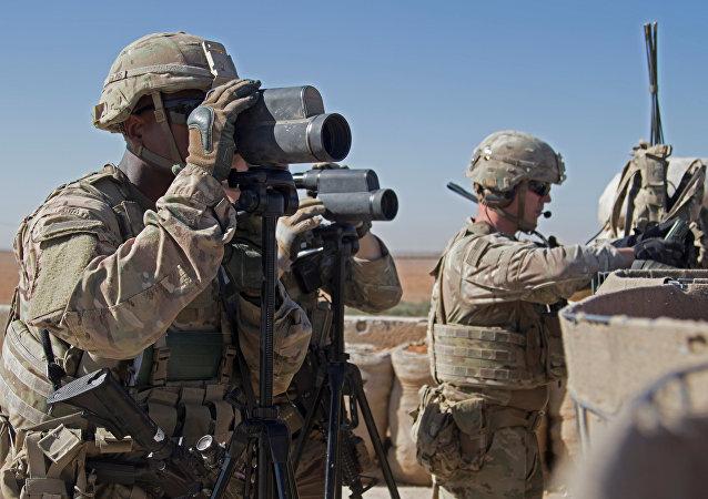 Menbiç'teki ortak devriye görevinde etrafı kolaçan eden Amerikan askerleri