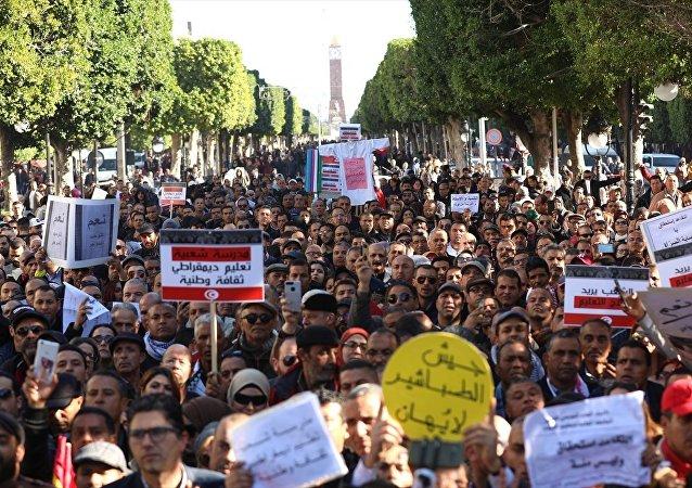 Tunuslu öğretmenler zam talebiyle gösteri düzenledi