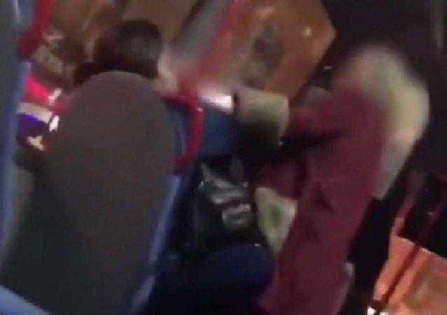 Adana'da kadınlar, yolcu otobüsünde kavga etti: 'İçip içip de burada nara atma, akıllı ol'
