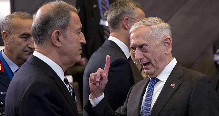 3 Ocak 2018'deki NATO Savunma Bakanları toplantısıda Jim Mattis, Hulusi Akar ile hararetli bir tartışma içinde