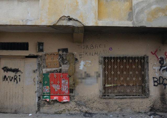 Adana'da bir duvar: '100 metre ileride çalışacak torbacı aranıyor' ilanı silindi, 'Torbacı kalmadı' yazıldı