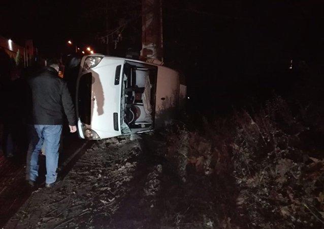 Kocaeli'nin Çayırova ilçesinde sürücüsünün yoldaki köpeğe çarpmamak için manevra yaptığı sırada kontrolden çıkarak devrilen minibüsteki 7 kişi yaralandı.