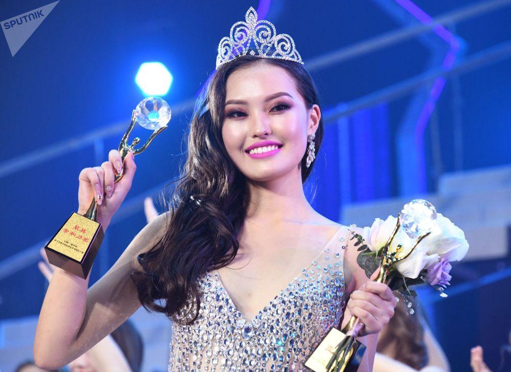 Mançurya'da düzenlenen 15. Güzellik Elçisi Yarışması'nda ikincilik kazanan Moğolistan'dan Amarbayan Azjargal.