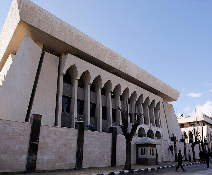 Şam'ın en şık semtlerinden Ebu Rummane'de yeniden açılan büyükelçilik binasında BAE Maslahatgüzarı görevine başladı.