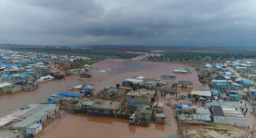 Suriye'nin Türkiye sınırındaki sığınmacı kamplarını vuran sel, 25 bin sivilin çadırsız kalmasına neden oldu.