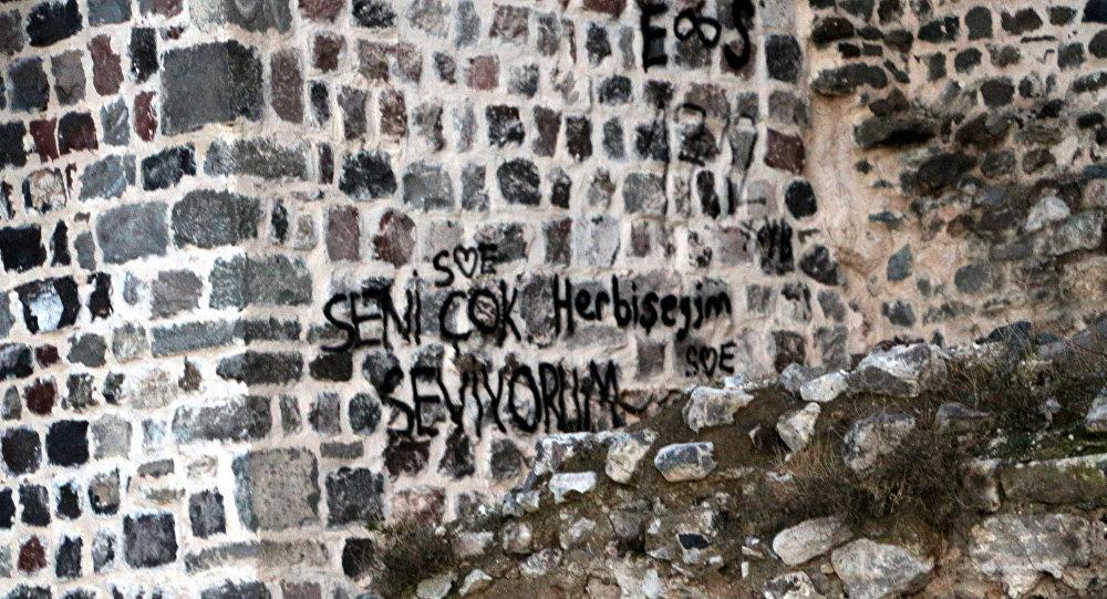 Binlerce yıllık Niksar Kalesi'nin surlarına yazılanlar: Seni çok seviyorum her bir şeyim