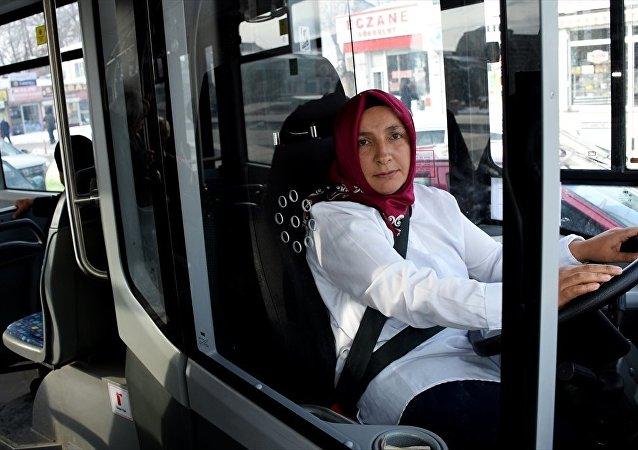 'Git, evinde bulaşık yıka' diyenlere inat otobüs şoförü oldu