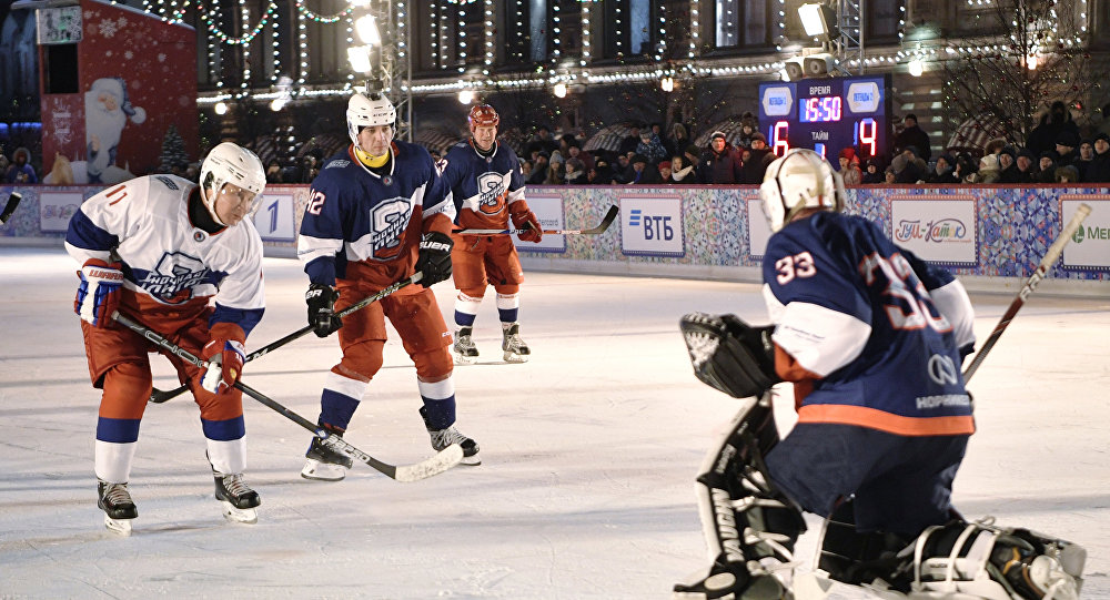 Kızıl Meydan'da hokey oynayan Putin, goller de attı.