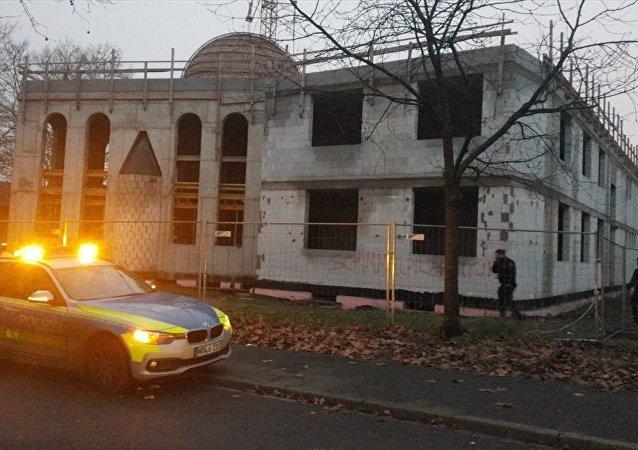 Almanya'nın Duisburg kentinde inşaatı devam eden bir camiye hakaret içerikli yazılar yazıldı.