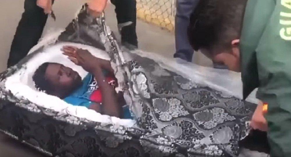 İspanyanın Melilla kenti sınırında, yatak minderi içerisine gizlenmiş 2 göçmen bulundu 60