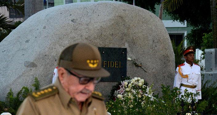 Raul Castro, 60. yıldönümünde devrimin beşiği Santiago'da Santa Ifigenia Mezarlığı'ndaki Fidel Castro'nun anıt mezarı önünde