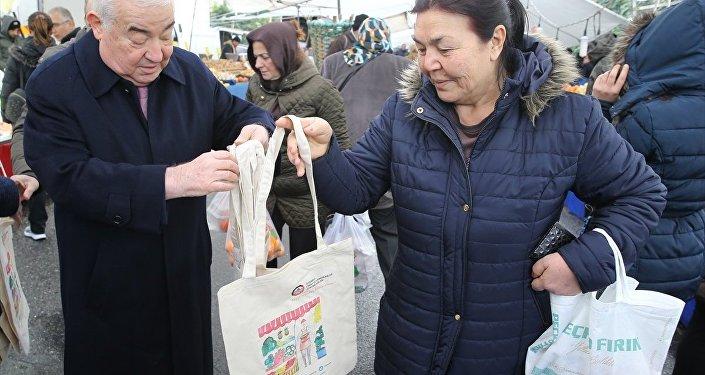 İstanbul Esnaf Odaları Birliği, bez çanta dağıttı