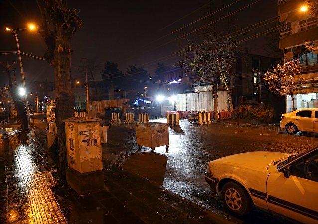 Diyarbakır'ın Yenişehir ilçesinde yüzleri maskeli bir grup, İlçe Emniyet Müdürlüğü ile Et ve Süt Kurumuna el yapımı patlayıcı ile saldırdı.
