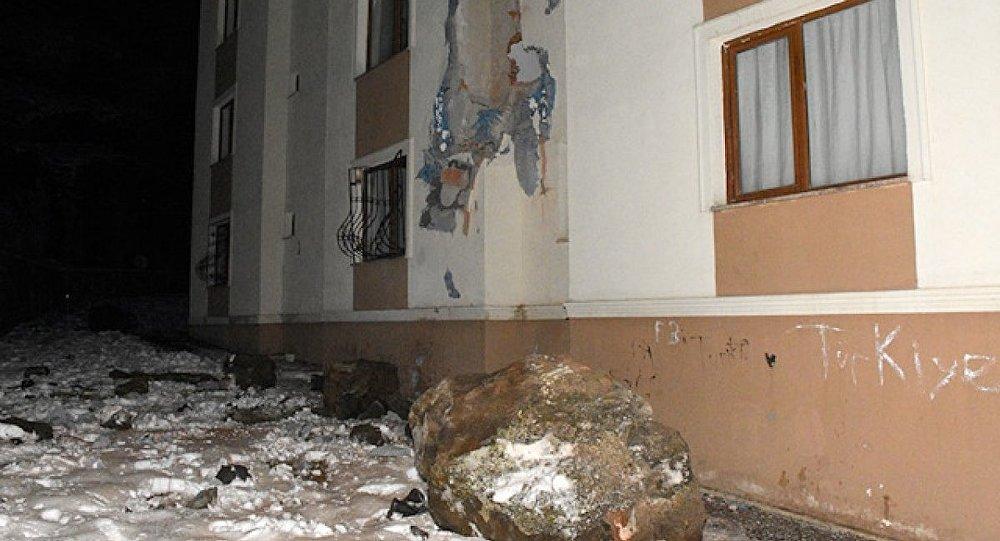 Gümüşhane'de yamaçtan kopan kayalar, apartmanın üzerine düştü