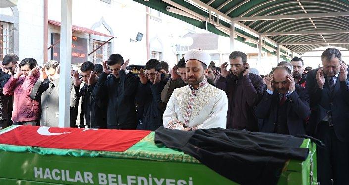 Kayseri'de sokak köpeklerinin saldırısı sonucu hayatını kaybeden lise öğrencisi Mehmet Özer, Hacılar ilçesinde düzenlenen törenin ardından toprağa verildi.