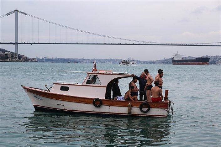 Üsküdar'da denizden haç çıkarma töreni