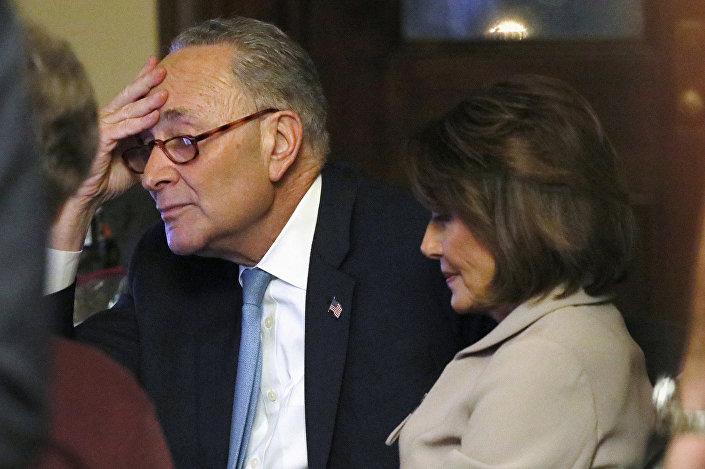Ulusa seslenişten sonra kameraların karşısına geçen Temsilciler Meclisi Başkanı Nancy Pelosi ile New York Senatörü ve Senato Azınlık Lideri Demokrat Chuck Schumer, Trump'a tepki gösterdi.