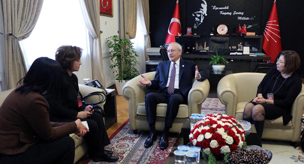 CHP Genel Başkanı Kılıçdaroğlu, TBMM'de aralarında Sputnik'in de bulunduğu bir grup gazeteciyle sohbetinde, TBMM Başkanı Yıldırım'ın istifa etmeden belediye başkan adayı olmasına ilişkin tartışmaları değerlendirdi. Kılıçdaroğlu, Binali Bey'in istifa etmesine gerek yok zaten gelecek tekrar buraya. Yani biz kazanacağız dedi.