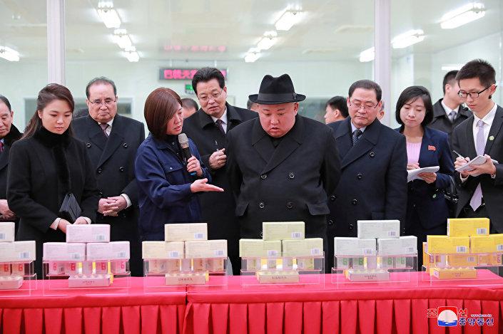 Kim, Pekin'de dün de geleneksel Çin tıbbı için ilaçlar üreten bir fabrikayı ziyaret etmişti.