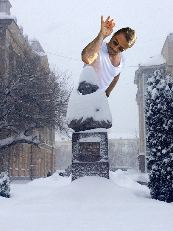 Bir kullanıcı esprili bir dille kentteki yoğun kar yağışının suçlusunun tuz serpme fotoğrafıyla ünlü kasap Nusret olduğunu belirtti.