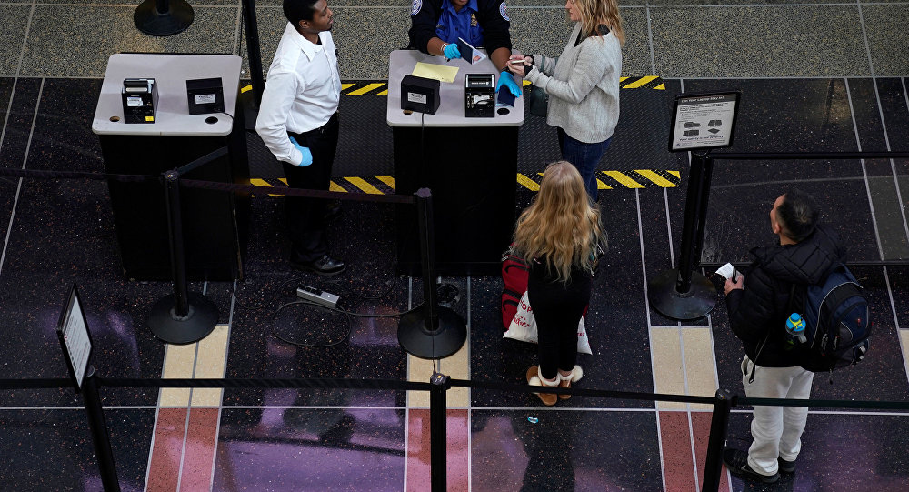 ABD'nin Washington şehrindeki Reagan Havalimanı'nda güvenlik kontrolü kuyruğu